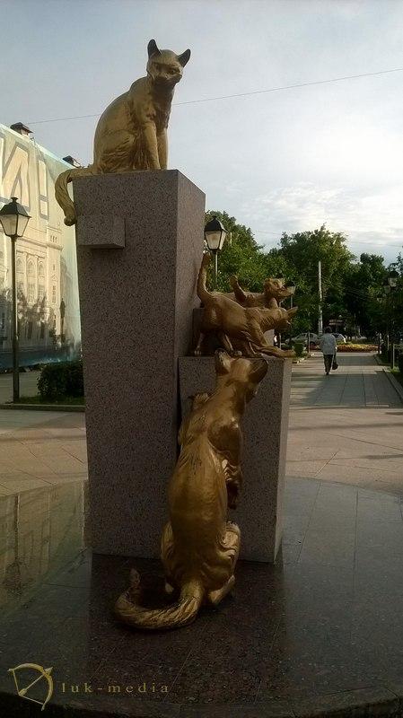 забавные памятники кошкам