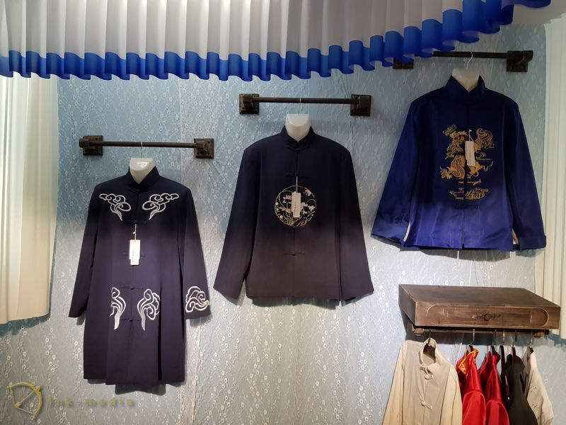 Одежда для похорон и гробы на выставке в Ухане