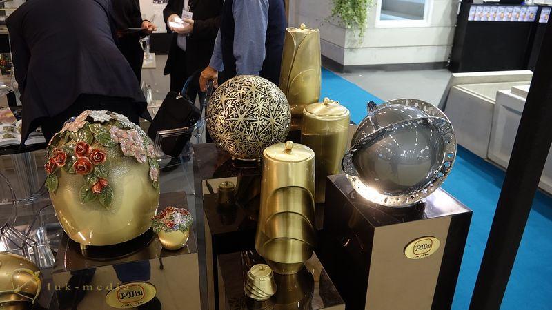 Погребальные урны на парижской похоронной выставке