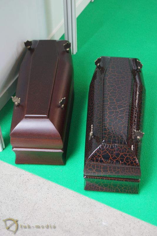 Погребальные урны на выставке в Кельце