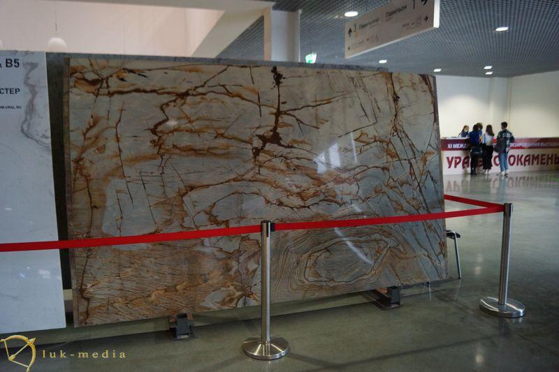 Каменных дел мастер на выставке Уралэкспокамень 2020