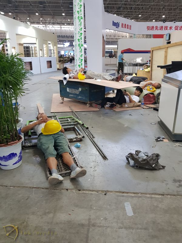 Подготовка к проведению похоронной выставки в китайском Ухане