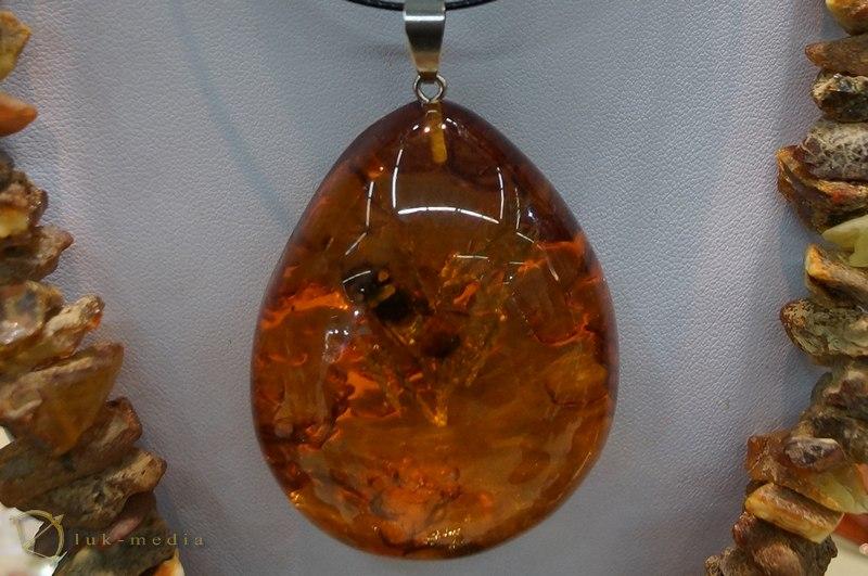 камень природный янтарь